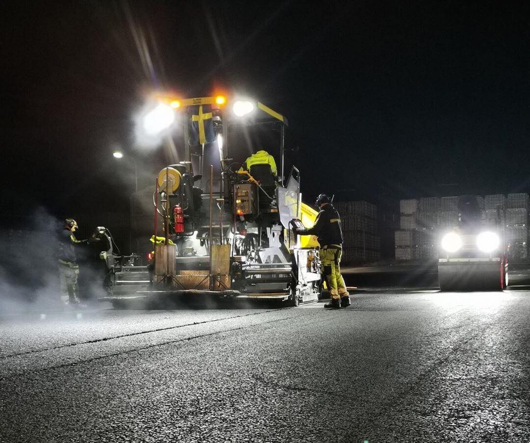 asfaltläggarna-jobbar-på-natten